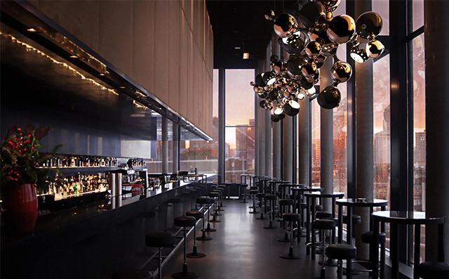 Miedz-hitem-we-wnetrzach-delightfull_atomic-multi-light-sculptural-sphere-pendant-chandelier-restaurant-project