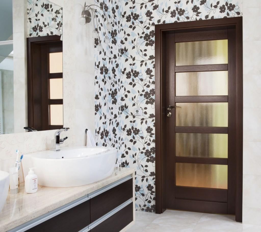 urządzamy małe pomieszczenia  Jak sprawić aby twój mały pokój wydawał się większy? drzwi do lazienki 1024x908