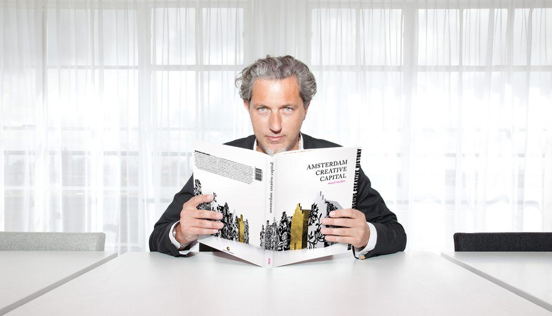marcel_wanders-projektant wnętrz  Najlepsi projektanci wnętrz – Marcel Wanders portrait marcel wanders 11 holding new acc